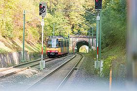 Eine AVG-Bahn der Linie S4 vor einem Tunnel auf der Kraichgaubahn.